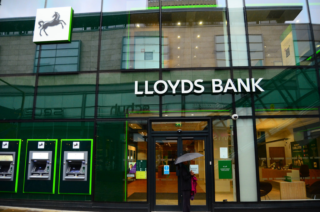 Lloyds buys MBNA credit card business for £1.9 billion
