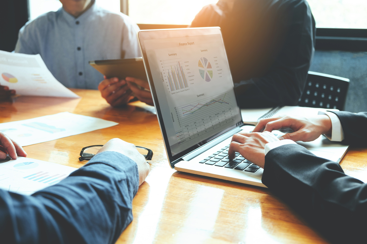 What's the Difference Between a Credit Analyst and a Financi